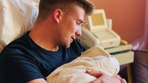 Stolzer Papa: Julitas Freund Flo kuschelt mit seinem Sohn
