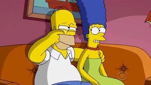 Homer und Marge sitzen auf der Couch