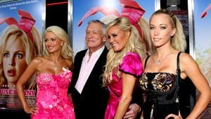 Holly Madison, Hugh Hefner, Bridget Marquardt und Kendra Wilkinson (v.l.)