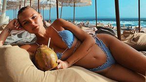 Total heiß: Bonnie Strange posiert im blauen Bikini auf Bali