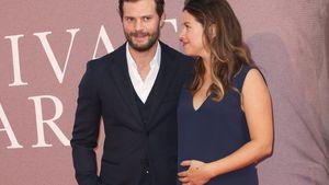 Eindeutig schwanger! Jamie Dornans Frau streichelt Babybauch