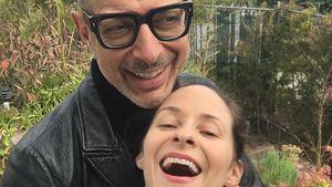So verliebt: Jeff Goldblum & seine Emilie knutschen rum!