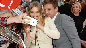 Red-Carpet-Flirt! Jeremy Renner photobombt Elizabeth Olsen