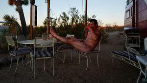 Völlig nackt: So ungeniert genießt Josh Brolin seinen Kaffee