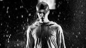 Justin Bieber unter Regen bei den AMAs 2015