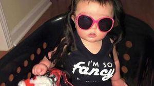 Baby mit Fake-Busen! Shitstorm gegen Promi-Mama