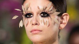 Kaia Gerber trägt XXL-Federwimpern bei Paris Fashion Week