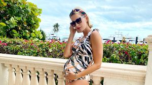 Karolina Kurkova zeigt ihren Babybauch im bunten Badeanzug