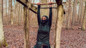 Gute Vorsätze schon gestartet: Kim Gloss sportelt im Wald