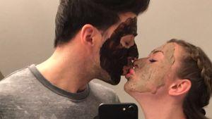 Süßes Partner-Peeling: Leo & Caona verwöhnen sich mit Masken
