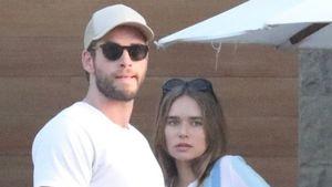 So bleibt Liam Hemsworths Freundin trotz Fame bodenständig