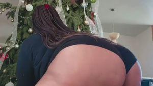 Ach du Heilige! Lizzo twerkt im Body vorm Weihnachtsbaum