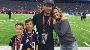 Mark Wahlberg mit seinen Söhnen und seiner Frau beim Super Bowl