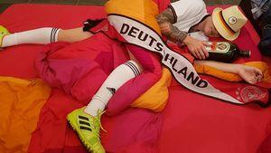 Melanie Müller feiert den EM-Sieg der deutschen Nationalmannschaft
