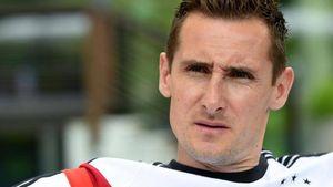 Rührend: Miroslav Klose spricht Michael Schumacher Mut zu!