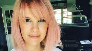 Monica Ivancan mit pinken Haaren