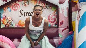 Wenn Kids im Bett sind: Nina Bott vergnügt sich auf Hüpfburg