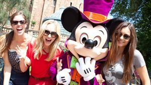 Nina Dobrev, Candice Accola und Kayla Ewell in Disney World