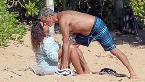 Verliebt wie ein Teenie: Pierce Brosnan knutscht am Strand