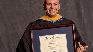 Lustiges Foto! Pitbull zeigt sein Uni-ZertiFUCKat