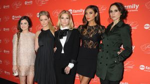 Lucy Hale, Sasha Pieterse, Ashley Benson, Shay Mitchell und Troian Bellisario (v.l.)