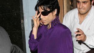 Prince trägt Anzug