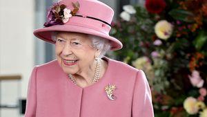 Mit Charles und Camilla: Die Queen strahlt in Pink auf Event