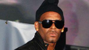R. Kelly überrascht mit witziger Schlumpf-Mütze