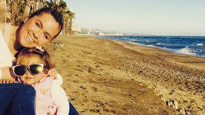 Rebecca Kratz mit ihrer Tochter am Strand in Marbella