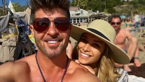 Toller Winter: Robin Thicke & seine April relaxen am Strand