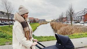 Dick eingepackt: Neu-Mama Romee Strijd spaziert mit Baby