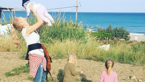 Sara Kulka mit ihren Töchtern und Tochter einer Freundin