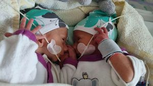 Sarafina Wollny zeigt Zwillinge Emory und Casey mit Gesicht