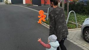 Sarah Lombardi und ihr Sohn Alessio gehen spazieren