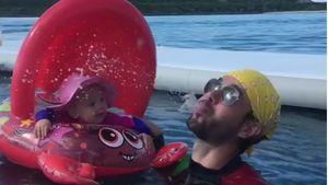 Baby-Badespaß: So bringt Enrique Iglesias Lucy zum Lachen