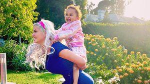 Huckepack: Sophia Vegas trainiert mit Tochter auf dem Rücken
