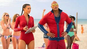 "Dwayne Johnson und Ilfenesh Hadera in ""Baywatch"""