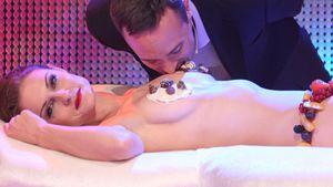 Traumhochzeit: Ehemänner essen von nackter Frau!