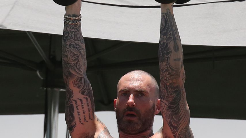 Hier zeigt Adam Levine seinen Hammer-Body beim Work-out!