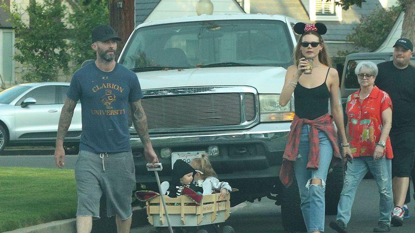 Adam Levine und seine Frau Behati Prinsloo mit ihren Töchtern Dusty Rose und Gio Grace