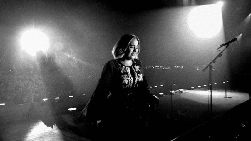 Adele traurig bei einem Konzert