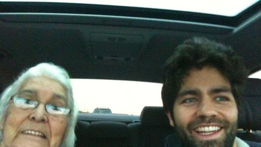 Lustig! Adrian Grenier chillt mit Oma im Auto