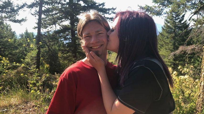 """Alaskan Bush People""-Star Bear Brown und seine Freundin Raiven"