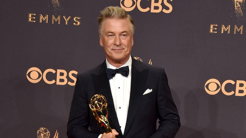 Alec Baldwin mit seinem Emmy als bester Nebendarsteller in einer Comedy-Serie