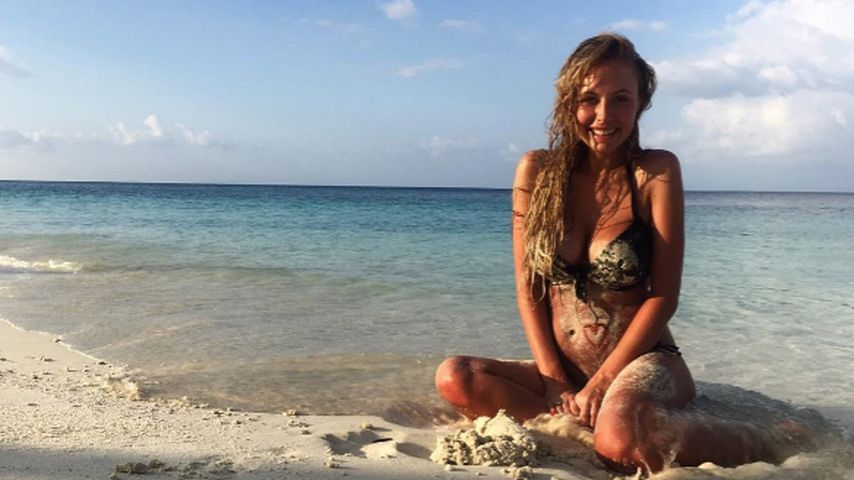Total entspannt! Alena Gerber wühlt schwanger im Sand