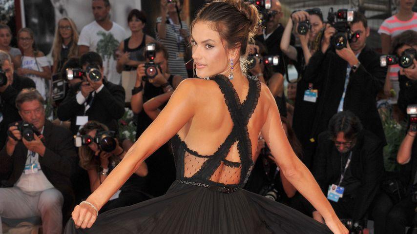 Sexy in Schwarz: Alessandra Ambrosio verzaubert die Biennale