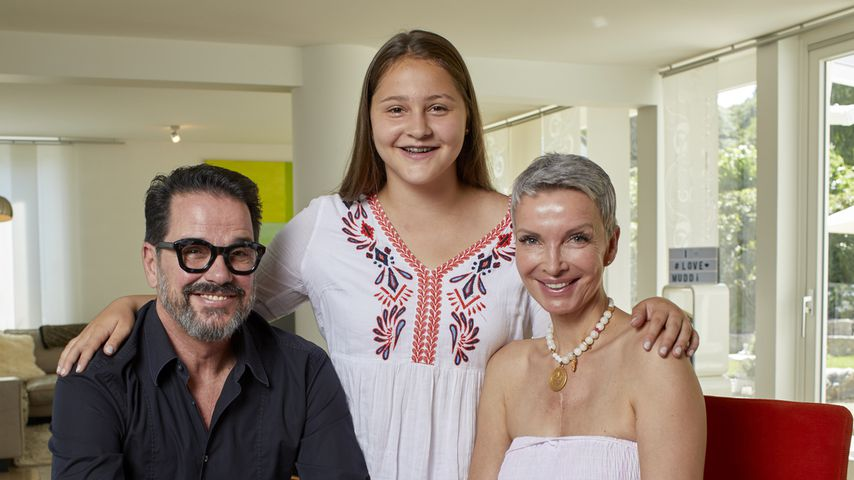 """Alex Jolig (li.) mit seiner Frau Britt und Adoptivtochter Tatjana in """"Plötzlich arm, plötzlich reich"""