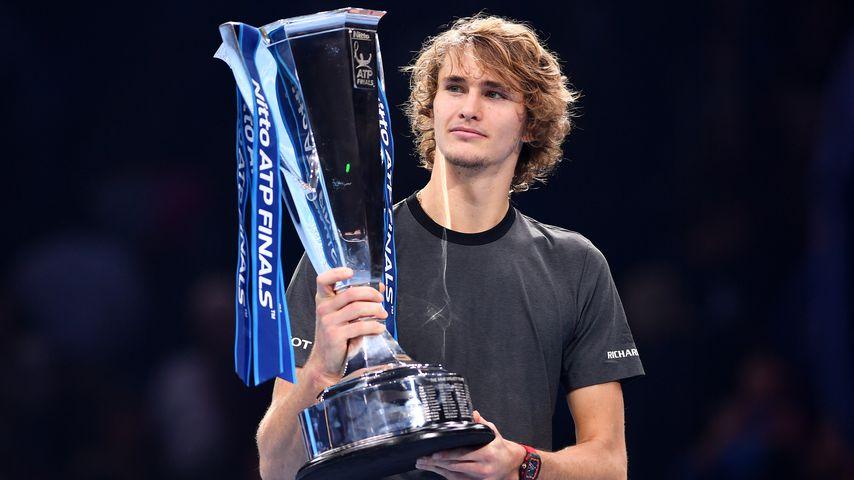 Alexander Zverev mit dem ATP Finals-Pokal
