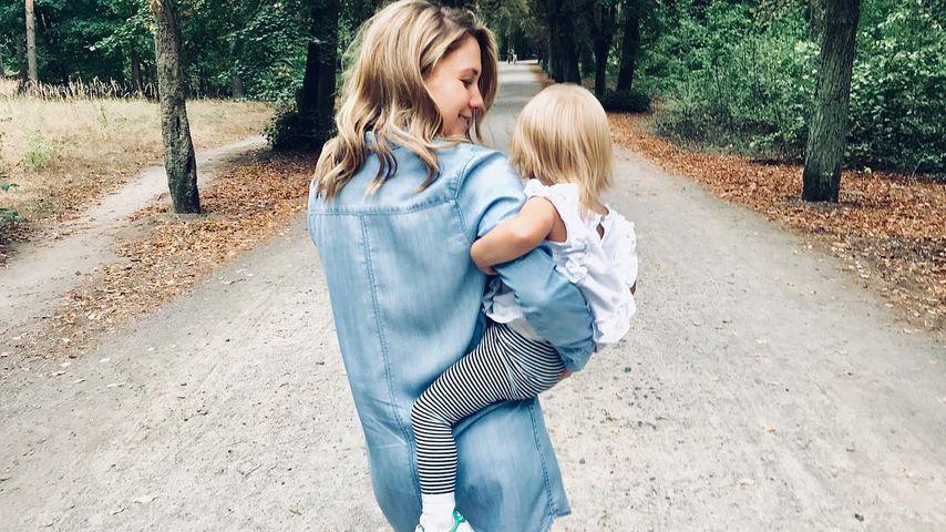 Alina Merkau mit ihrer Tochter Rosa in Berlin