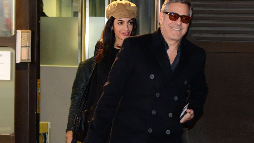 Super gelaunt! Amal & George Clooney am Flughafen in Berlin
